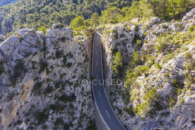 Spagna, Isole Baleari, veduta drone dell'autostrada Ma-2130 che si estende attraverso la catena della Serra de Tramuntana — Foto stock