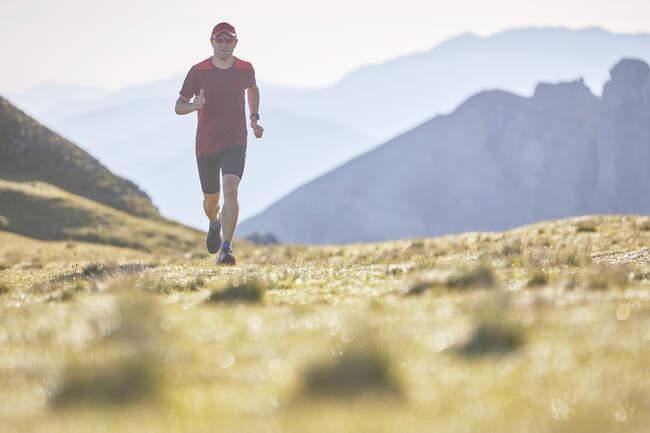Бегущая по горам тропа — стоковое фото