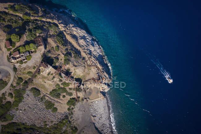 Italia, Provincia di Livorno, Elba, Veduta aerea della barca a vela vicino alla costa del Mar Mediterraneo — Foto stock
