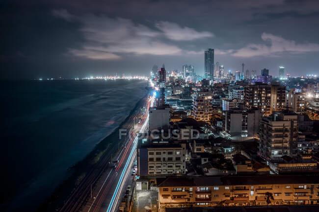 Шрі - Ланка, Західна провінція, Коломбо, Високий кут зору на берегове місто вночі — стокове фото