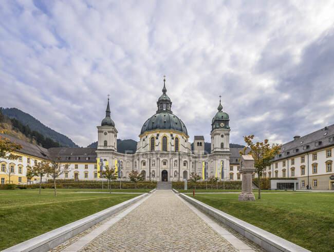 Alemania, Baviera, Garmisch-Partenkirchen, Patio y fachada de la Abadía de Ettal - foto de stock