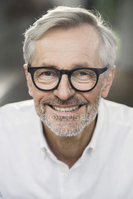Porträt eines lächelnden Seniors — Stockfoto