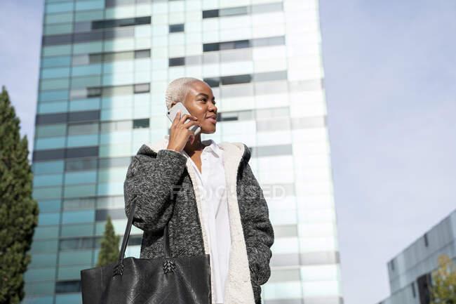 Статист-кухарка працює в місті, використовуючи смартфон. — стокове фото