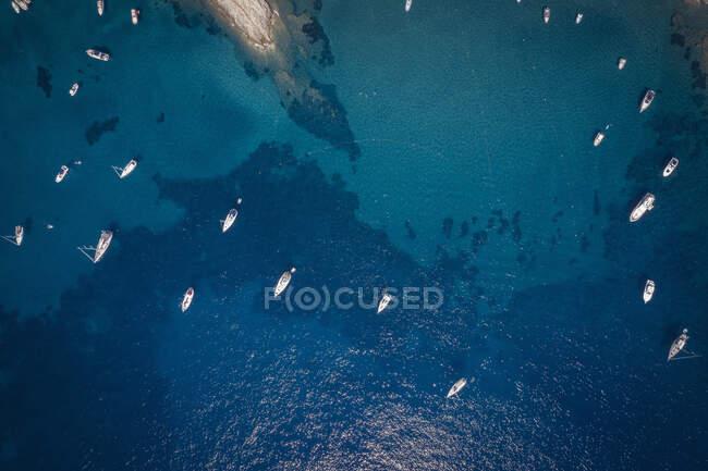 Italia, Provincia di Livorno, Elba, Veduta aerea delle imbarcazioni galleggianti nelle acque blu del Mar Mediterraneo — Foto stock
