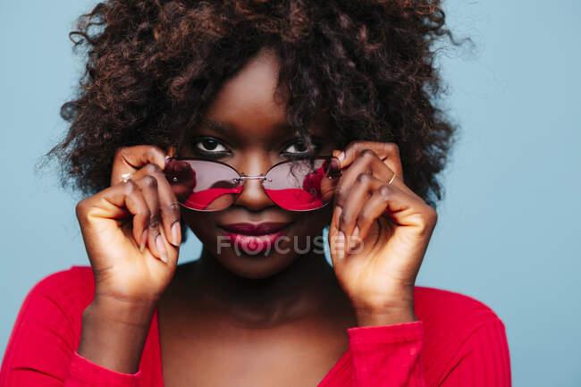 Портрет прекрасної молодої жінки в окулярах у студії. — стокове фото