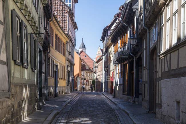 Germany, Saxony-Anhalt, Quedlinburg, Cobblestone alley betweenhouses of historical town — Stock Photo