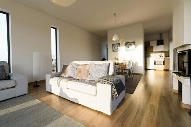Пустой гостиной в доме — стоковое фото