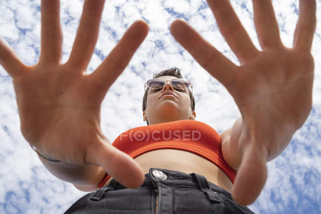 Portrait of woman with sunglasses against sky — Stock Photo