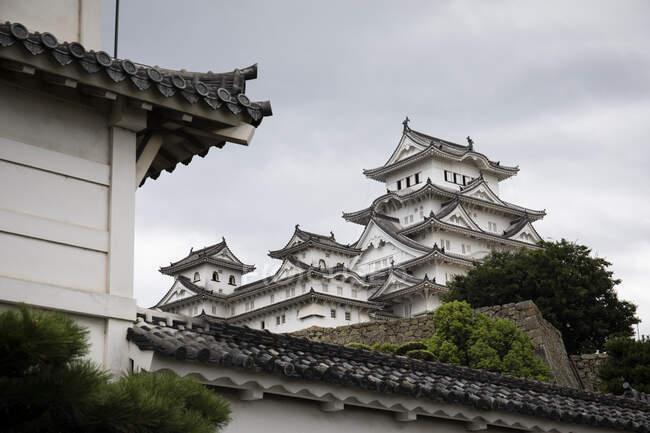 Японія, Хімеджі, вид на замок з низьким кутом зору — стокове фото
