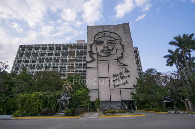 Міністерство внутрішніх справ з портретом Че Гевари, Плаза де ла Революсьйон, Ведадо, Гавана, Куба. — стокове фото