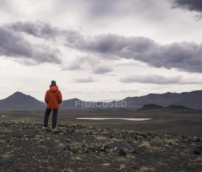 Молода жінка дивиться на краєвид, Хайленд (Ісландія). — стокове фото