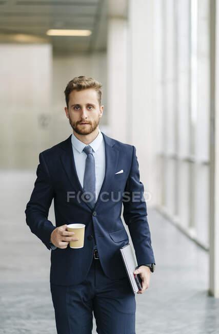 Portrait d'un homme d'affaires tenant un café à emporter — Photo de stock