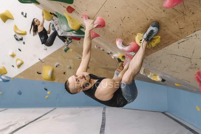 Homem e mulher pedregulhos no ginásio de escalada — Fotografia de Stock