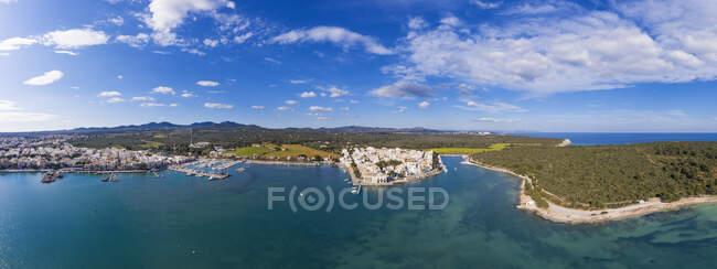 Spagna, Isole Baleari, Portocolom, Drone vpanorama della città costiera in estate — Foto stock
