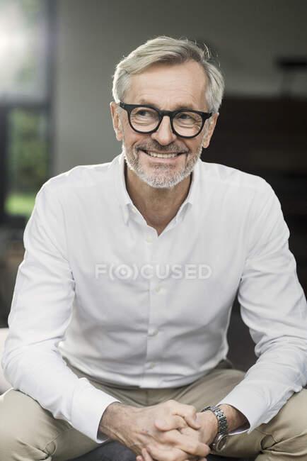 Портрет усміхненого старшого чоловіка вдома. — стокове фото