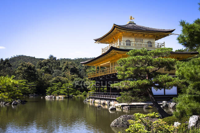 Japan, Kyoto Prefecture, Kyoto, Pond in front of Golden Pavilion Buddhist temple — Stock Photo
