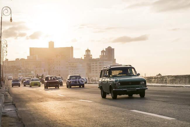 Винтажные автомобили на улице Малекон, Гавана, Куба — стоковое фото