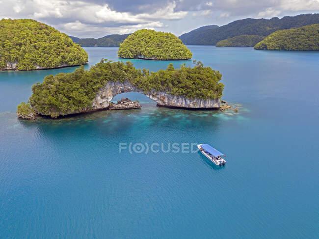 Palau, Vista aérea del barco de turismo cerca de las Islas Roca - foto de stock