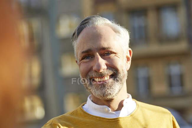 Porträt eines lächelnden reifen Mannes in der Stadt — Stockfoto