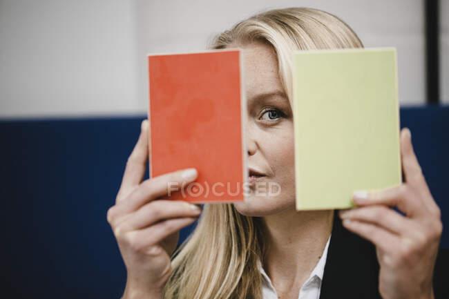 Portait de jovem empresária segurando amostras — Fotografia de Stock