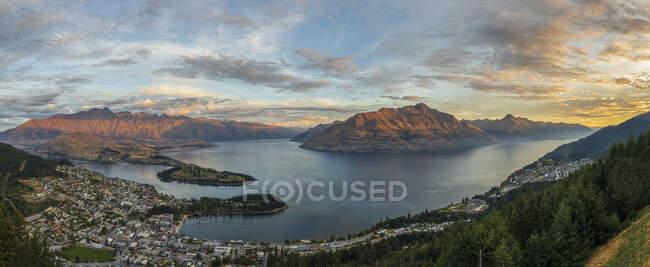 Nueva Zelanda, Otago, Queenstown, Panorama de la ciudad de la orilla del lago con Cecil Peak y Walter Peak en el fondo - foto de stock