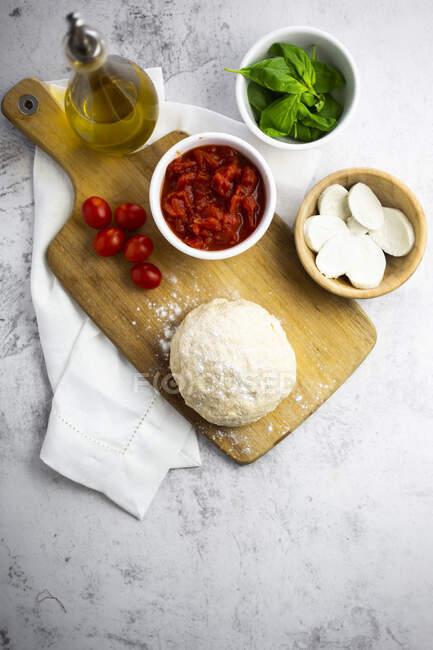 Ingrédients bruts pour la fabrication de pizza Margharita — Photo de stock