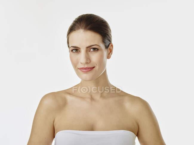 Retrato de mujer sonriente sobre fondo blanco - foto de stock