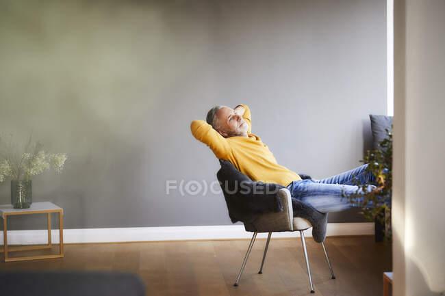 Зрелый мужчина расслабляется дома — стоковое фото
