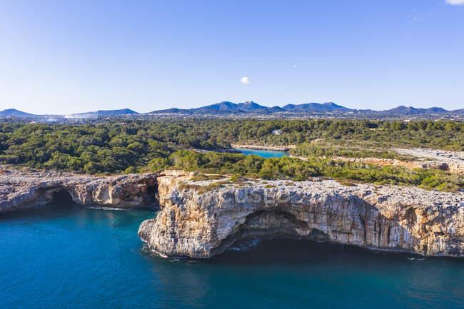 Spagna, Isole Baleari, Cala dor, Cielo limpido sulle scogliere della baia di Cala sa Nau in estate — Foto stock