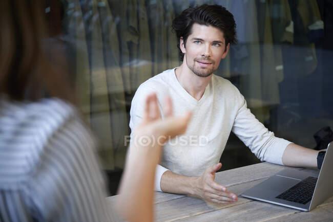 Geschäftsmann mit Laptop-Meeting-Kollege in der Stadt — Stockfoto