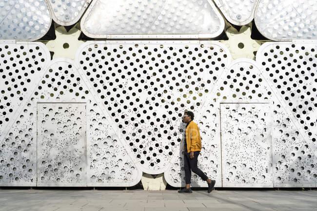 Зрілий чоловік, який ходить містом (Барселона, Іспанія). — стокове фото
