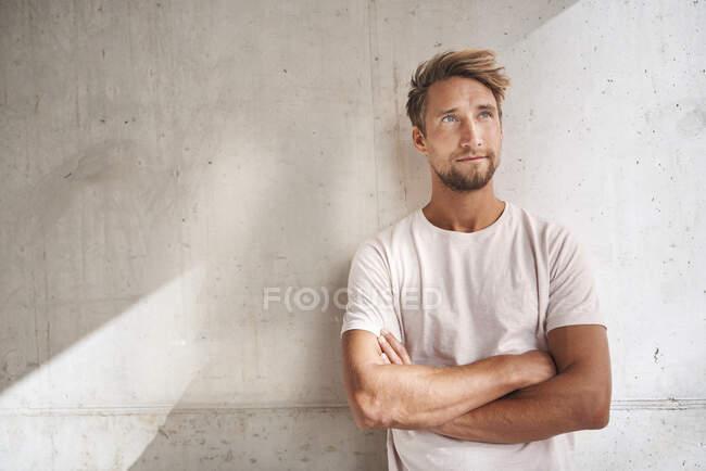 Ritratto di giovane uomo che indossa una t-shirt alzando lo sguardo — Foto stock