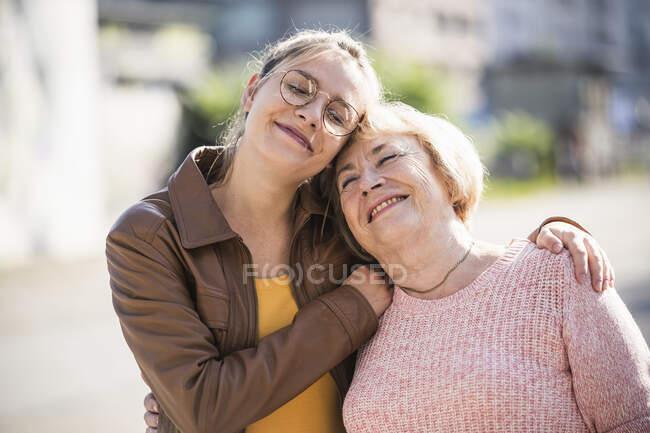 Дідусь обіймає свою бабусю. — стокове фото