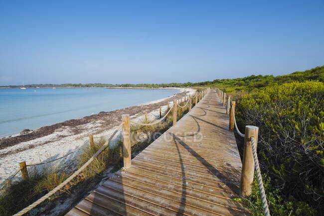 Passerella in legno sulla spiaggia di Son Saura, Minorca, Spagna — Foto stock
