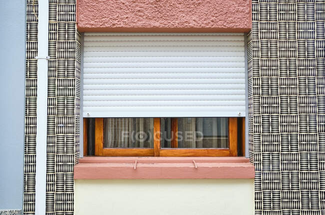Португалія, Порто, Афурада, вид на пишну стіну будинку з вікном. — стокове фото