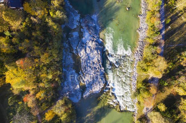 Alemania, Baviera, Lenggries, Vista aérea del río Isar en otoño - foto de stock