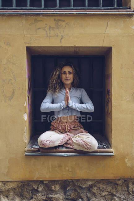 Молодая женщина медитирует на улице — стоковое фото