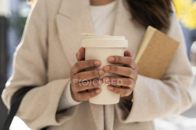 Primo piano della donna che tiene il caffè da asporto — Foto stock