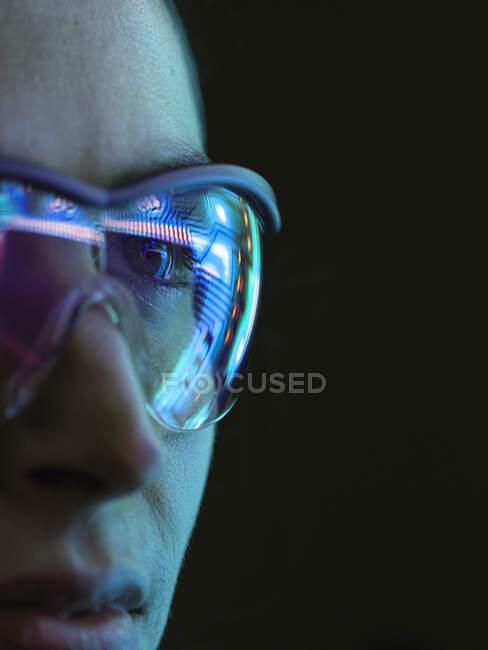 Riflessione di un circuito stampato su occhiali — Foto stock