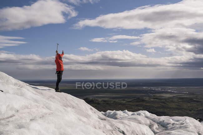 Homme mûr debout dans le parc national Skaftafell sur le glacier Vatnajokull, Islande, tenant un piolet — Photo de stock