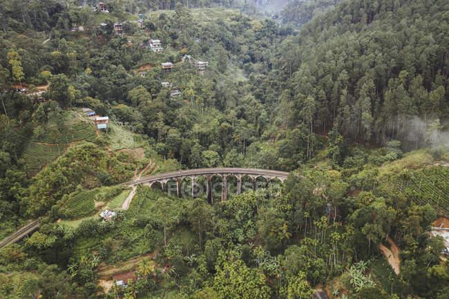 Sri Lanka, Provincia di Uva, Demodara, Veduta aerea del ponte Nove Archi e città nella verde valle boscosa — Foto stock