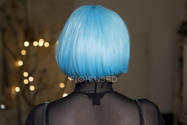 Mujer joven con peluca azul - foto de stock