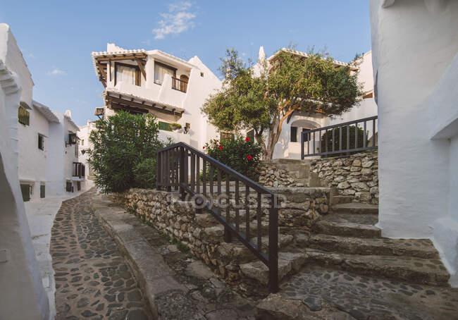 España, Menorca, Binibeca, Casas encaladas y escalones - foto de stock