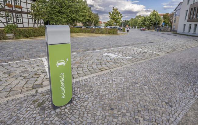 Германия, Саксония-Анхальт, Кведлинбург, зарядная станция для электромобилей на булыжной улице — стоковое фото
