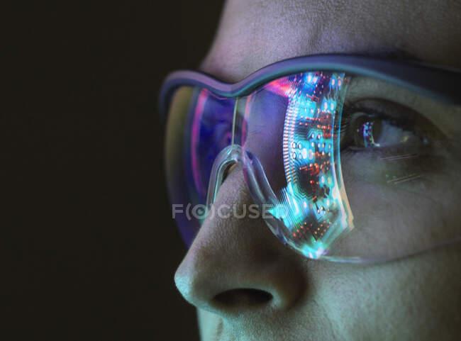 Reflexión de una placa de circuito sobre las gafas - foto de stock