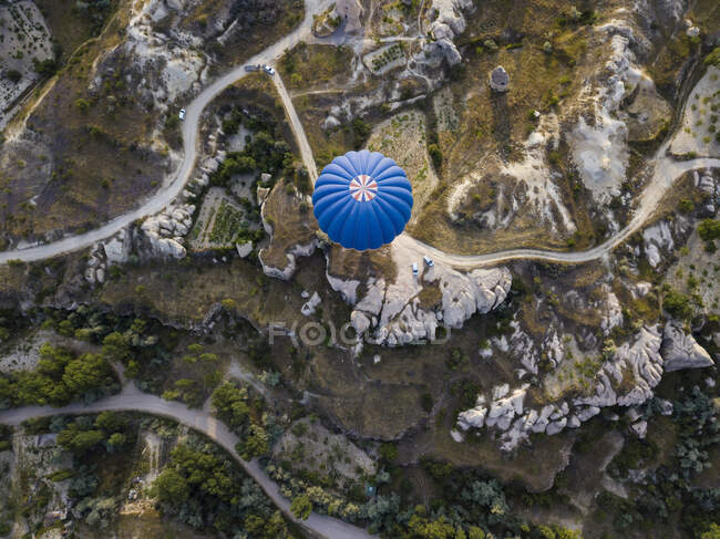 Aerial view of hot air balloon flying over land at Goreme National Park, Cappadocia, Turkey — Stock Photo