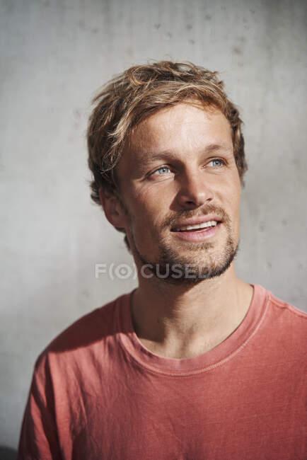 Портрет чоловіка у червоній футболці. — стокове фото