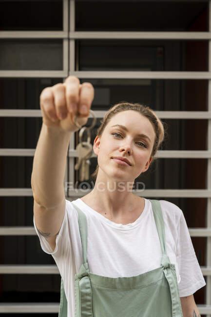 Retrato de mulher jovem apresentando chaves — Fotografia de Stock