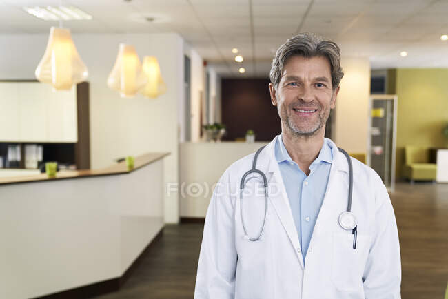 Ritratto di medico fiducioso nella sua pratica medica — Foto stock