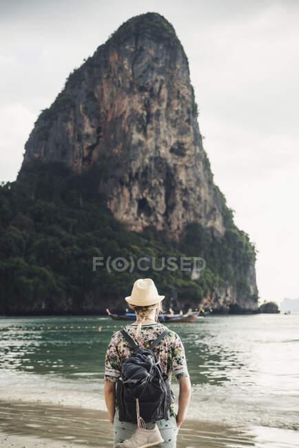 Жінка дивиться на скелю на березі залізниці (Крабі, Таїланд). — стокове фото